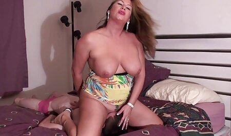 دختر چینگ های خوشحال به روی میز ایستاده دانلود انال سکس است!