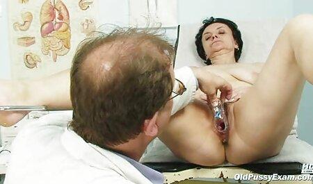 مادر دوست داشتنی در جوراب ساق بلند می فیلم پورن انال شود فاک بر روی زمین